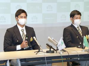 オリックスから育成3位で指名された、仙台大の宇田川(左)と育成5位で指名された佐野