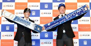日本ハムとDeNAからそれぞれ2位指名を受けた中大・五十幡(左)と牧