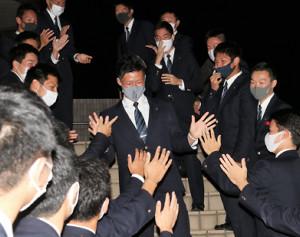野球部の仲間に拍手で祝福される磐田東高の二俣翔一(中央)