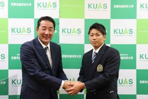 巨人から育成2位指名を受けた、京都先端科学大・喜多隆介(右)と中島輝士監督