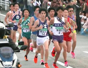昨年の全日本大学駅伝で力走する各大学の選手たち