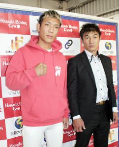 ハラダジムでの飛躍を誓った亀田京之介(左)と原田剛志マネジャー