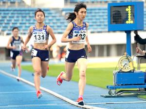 女子1500メートルで力走する田中希実(中央)。左膝には転倒した際の傷が残る