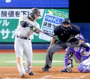 6回2死一塁、右中間へ2ラン本塁打を放つ丸佳浩