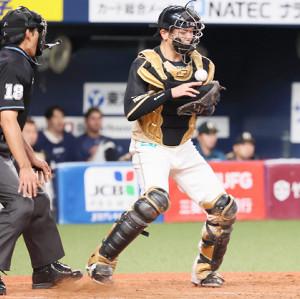 5回2死一、二塁、二塁走者・安達了一が三塁盗塁を試み、捕手・清水優心は山村球審(左)と接触して三塁に送球できず