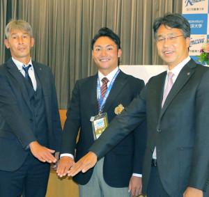指名あいさつで笑顔を見せる日本ハム1位・伊藤(中)と白井スカウト(左)、大渕スカウト部長(右)