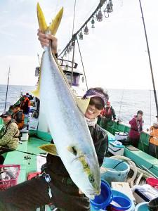 釣り上げたヒラマサを掲げる加藤さん(昭栄丸提供)