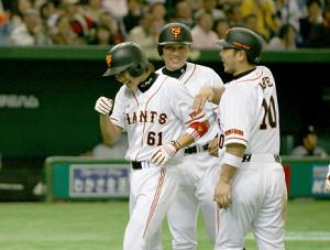 08年4月6日の阪神戦でプロ1号を放った坂本を迎えた阿部