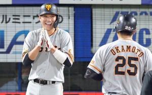 10月22日のヤクルト戦で26号2ランを放った岡本を笑顔で迎えた坂本