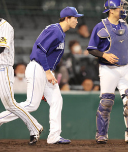 5回1死一塁、ジェフリー・マルテに勝ち越し適時二塁打を浴びた勝野昌慶(捕手・木下拓哉)