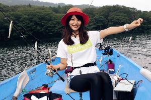 芦ノ湖でのワカサギ釣り。カラバリ仕掛けで釣れるのが魅力だ(釣りガールの晴山由梨がAFCおおばで)