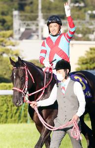 先週の菊花賞で無敗3冠を成し遂げたコントレイルと福永