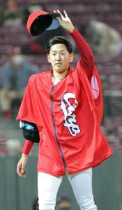 4勝目を挙げた遠藤淳志がファンの声援に応える