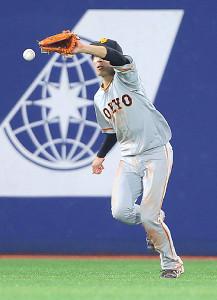3回2死一、三塁、梶谷の飛球を失策した増田大(カメラ・橋口 真)