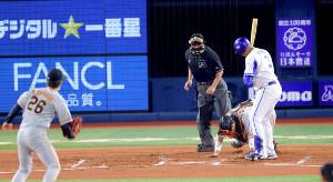 1回無死一、三塁、打者・ロペスのとき高橋(左)の暴投で先制点が入る(捕手は大城)