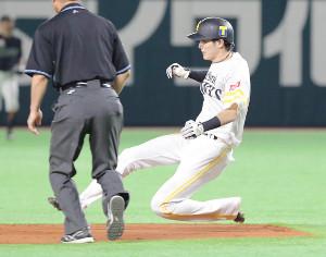 3回2死一塁、川島慶三の打席で、周東佑京は日本記録タイとなる11試合連続盗塁を決める