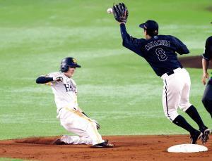 3回2死一塁、二盗を決め11試合連続盗塁のプロ野球記録に並んだ周東(二塁手は中村奨)