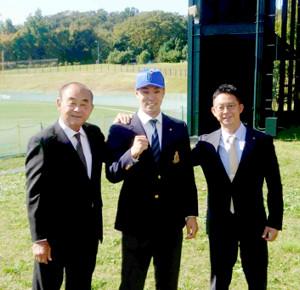 DeNAの吉田顧問(左)と八馬スカウト(右)から指名あいさつを受けたドラフト1位指名の明大・入江