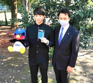 ヤクルトからドラフト1位指名の慶大・木沢(左)は小川GMからあいさつを受けた
