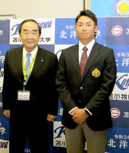 日本ハムドラ1の伊藤(右)は苫小牧市役所を表敬訪問し、岩倉市長にあいさつ