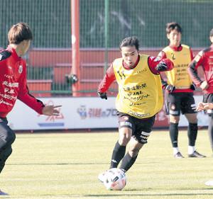 28日の練習でドリブル突破を図る札幌MFチャナティップ(右)(左はDF田中)