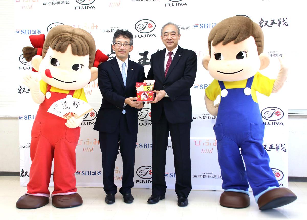会見に出席した(左から)ペコちゃん、日本将棋連盟・佐藤康光会長、不二家・河村宣行社長、ポコちゃん