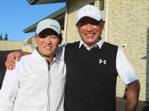 首位と2打差5位と好発進した増田伸洋と長男・康輔キャディー(左)