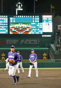 2失点で初回を終え、ベンチに下がる中日・大野雄(中央)