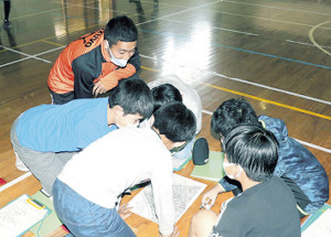 中島小の5年生と防災マップ作りの事前学習に取り組む清水FW川本