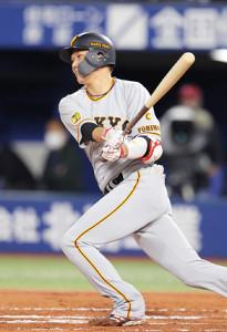 6回1死一塁、坂本は左前安打を放つ