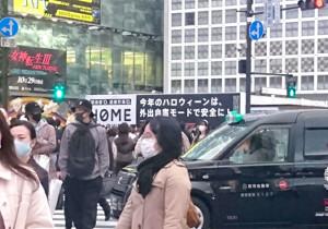 JR渋谷駅前のスクランブル交差点からは「今年のハロウィーンは、外出自粛モードで安全に」と記した看板が目に入る