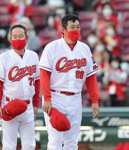 佐々岡真司監督(左は高信二ヘッドコーチ)