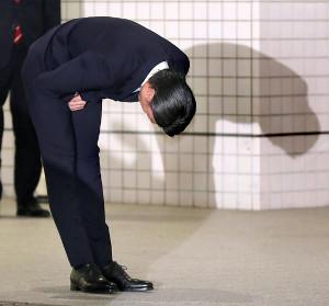 東京湾岸署から釈放され、深々と頭を下げる伊藤健太郎(カメラ・佐々木 清勝)