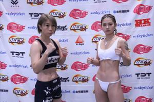 計量をクリアしファイティングポーズを取る藤田翔子(左)と、ケイト・ロータス