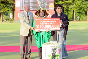 (左から)青木功JGTO会長、優勝した比嘉一貴、半田晴久ISPS会長