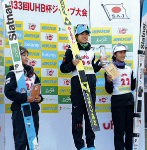 優勝して表彰台に上がる伊藤(左は2位高梨、右は3位丸山)