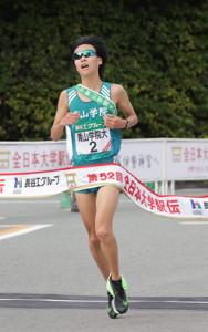 4位でゴールする青学大・吉田圭太