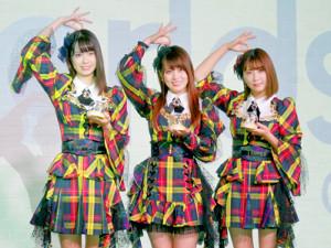 「SMALL WORLDS TOKYO」のアンバサダーに就任したAKB48チーム8の(左から)岡部麟、小田えりな、清水麻璃亜