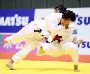 講道館杯柔道の女子57キロ級決勝で、柴田理帆(奥)を攻める宇高菜絵(代表撮影)