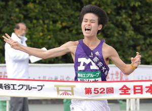 3位でゴールする明大・鈴木