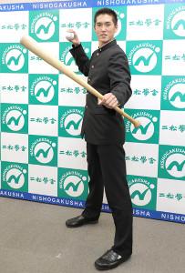 巨人スカウトの挨拶を受けた二松学舎大付の秋広優人はバットとボールを手に笑顔でポーズを取った