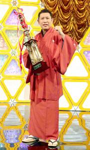 「NHK新人落語大賞」で優勝した笑福亭羽光は、トロフィーを手に笑顔