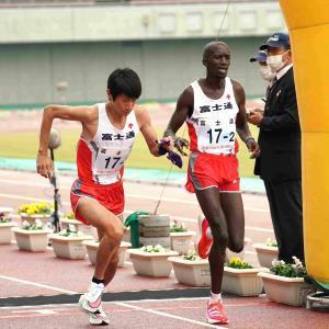 勢いよくスタートする富士通3区・中村匠吾(左)