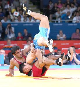 スシル・クマール(左)を豪快に投げる米満達弘(カメラ・石田 順平)