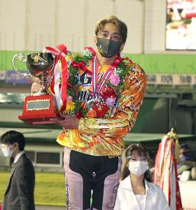万感の思いを込めて、日本選手権優勝トロフィーを手にする森且行