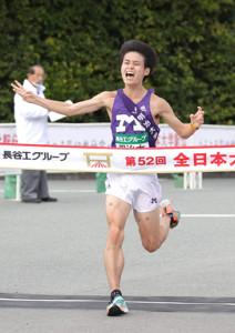 全日本大学駅伝で3位でゴールした明大の鈴木聖人