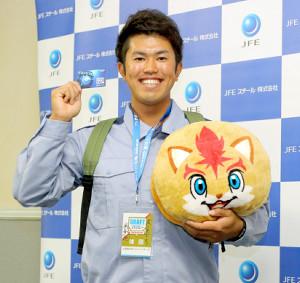 日本ハムから6位指名のあいさつを受けたJFE東日本の今川は、来季のファンクラブ会員カードと特典グッズのリュック、クッションを手に笑顔(カメラ・秦 雄太郎)
