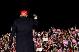 大観衆の前でロックスターのようなトランプ大統領(ロイター)