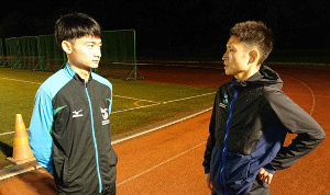 箱根駅伝にオープン参加する関東学生連合に選出された駿河台大の町田(左)に30歳の今井が熱いエールを送った