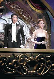 宝塚歌劇宙組「アナスタシア」の一場面。パリの劇場でバレエを観劇するディミトリ(真風涼帆、左)とアーニャ(星風まどか)